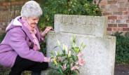 70 Yıldır Abisinin Mezarını Ziyarete Gelen Gizemli Kişinin Kim Olduğunu Öğrenince Şaştı Kaldı
