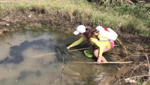 Genç Kadın Balık Tutma Tekniğiyle Fenomen Oldu!