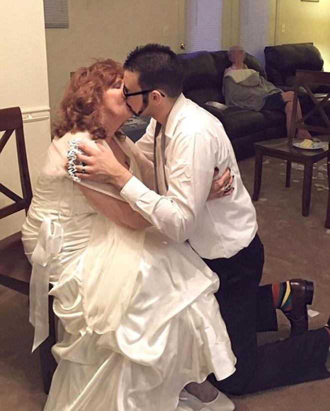 6 Torun Sahibi Kadın, Kendinden 53 Yaş Küçük Gençle Evlendi!