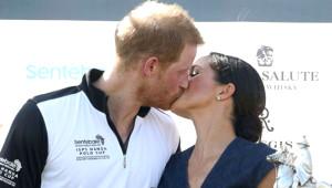 Meghan Markle ve Prens Harry 'Kurallar Umrumuzda Değil' Dercesine Öpüştü