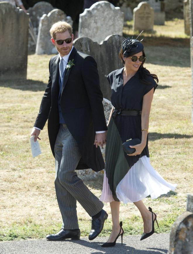 Prens Harry'nin, Delik Deşik Olan Ayakkabısı Sosyal Medyayı Salladı