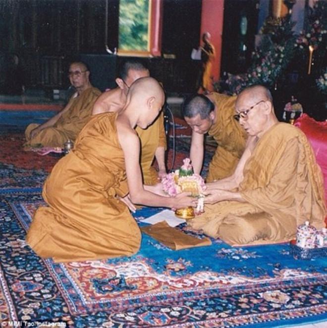 Budist Keşişti, Cinsiyet Değiştirip Tayland'ın En Güzel Modeli OIdu
