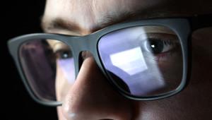 Telefon ve Bilgisayar Ekranlarından Çıkan Mavi Işık Kör Ediyor