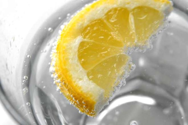 Sodayı mineralli sudan ayıran şeyler; içerdiği şeker veya glukoz şurubu ve farklı katkı maddeleridir.