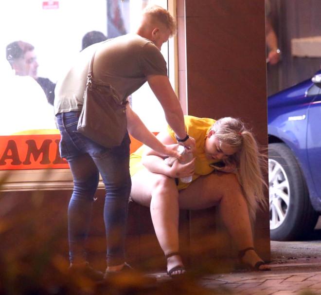 İngiliz Gençler Alkolü Fazla Kaçırdı, Görüntüler Olay Yarattı