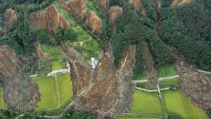Japonya'da Meydana Gelen 6.7 Büyüklüğündeki Deprem'de Dağlar Evleri Yuttu