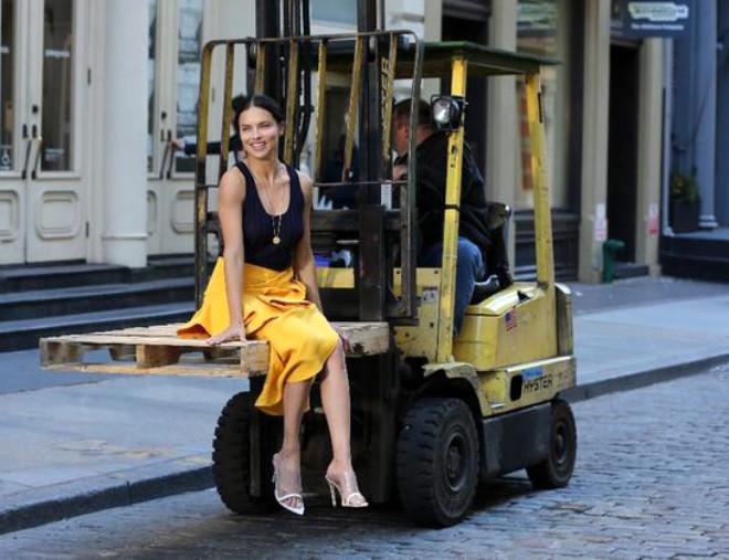 Adriana Lima'nın Başlattığı Sarı Elbise Akımına Ünlüler Dünyası Kayıtsız Kalmadı