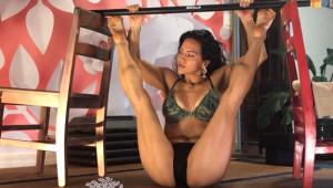 Fitness Uzmanı Kadın Esnekliğiyle Şaşırtıyor!