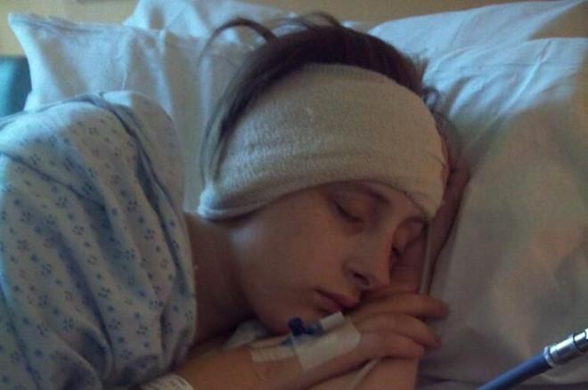 24 yaşındaki Jodie Baitson-Horrocks, migreni olduğunu sanarken büyük şok yaşadı. Yıllarca baş ağrısı ve baş dönmesi şikayetiyle doktora giden Jodie, giderek artan şikayetleri üzerine bir başka doktora yönlendirildi. Ortaya çıkan hastalık genç kızın ailesini şaşkına çevirdi. Çünkü yapılan araştırmalar sonucu Jodie, doğduğundan beri farkında olmadan bu hastalıkla savaşıyordu.