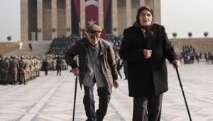 Yaşlı Çiftin Anıtkabir'de Çekilen Duygu Dolu Fotoğrafı, Sosyal Medya'da Gündem Oldu