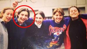 Fotoğraftaki Şen Kahkahalı Liseli, Şimdilerde Magazin Dünyasının En Çok Konuşulan İsmi