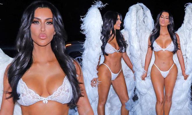 Kardashian'lardan Yürek Hoplatan Kostüm! Sokak Ortasında Tangayla Yürüdüler