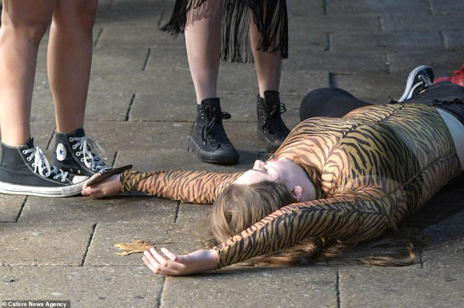 Cadılar Bayramı'nı Fırsat Bilen İngiliz Gençler Sokağa Döküldü! İşte Olay Kareler