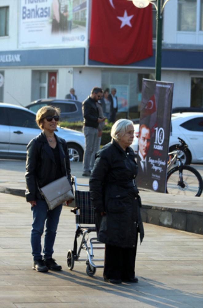 Tekerlekli Sandalyesinden Onun İçin Kalktı! Saat 9'u 5 Geçe Türkiye'den En Güzel Kareler