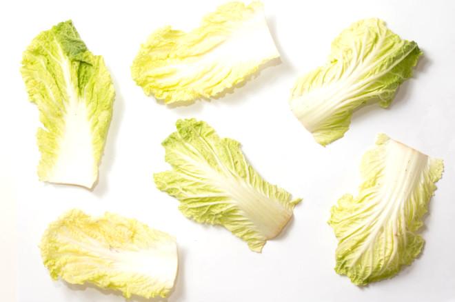 Eğer tiroid bezinizin çalışmasında sorun varsa boğaz bölgenize lahana yapraklarını sarın ve bandajlayın. Gece bu şekilde uyuduktan sonra sabah yaprakları çıkartın.