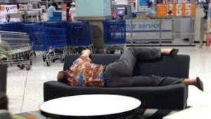Galeri: Alışveriş Yapan Kadınları Beklerken, Perişan Olan Erkekler