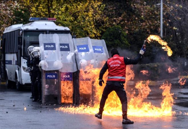 Bu Görüntü İstanbul'un Göbeğinde Çekildi! Molotof Kokteylleri, Taşlar Havada Uçuştu