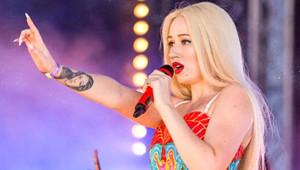 Ünlü Şarkıcı, Konser Sırasında Bayılan Dansçısını Umursamadan Şarkı Söylemeye Devam Etti!