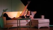 Deniz Uğur, Kendi Yazdığı Tiyatro Oyununda Cesur Sahneleriyle Mest Etti