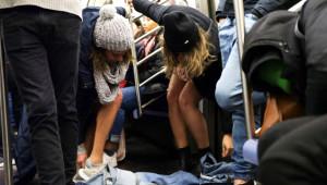 Metroda Bir anda Soyunmaya Başladılar, Yolcular Şoke Oldu!
