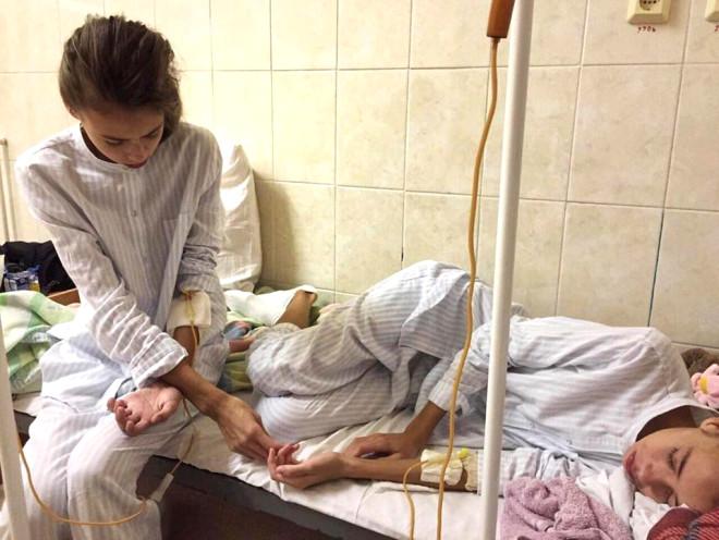 Rus İkizler, Zayıflamalarını İsteyen Modellik Ajansı Yüzünden Az Daha Ölüyorlardı!