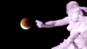 Dünyanın Dört Bir Yanından Görüntülendi! İşte Kanlı Ay Tutulmasından Kareler