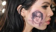 Ünlü Şarkıcı, Hayranı Olduğu Şarkıcıyı Yüzüne Dövme Yaptırdı!