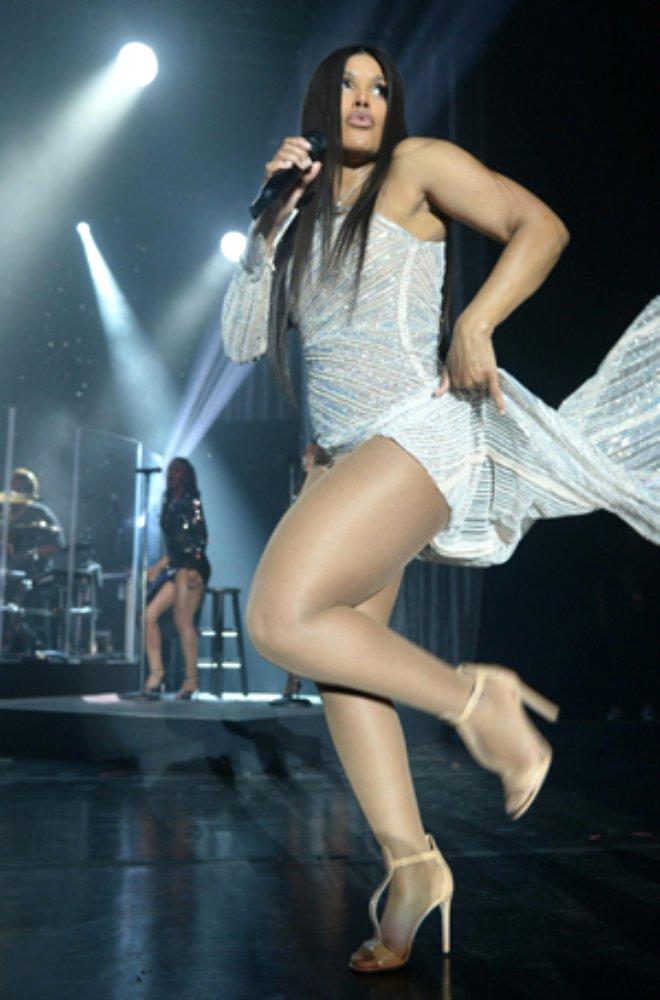 51 Yaşındaki Şarkıcı, Derin Yırtmacıyla Genç Kızlara Taş Çıkarttı!