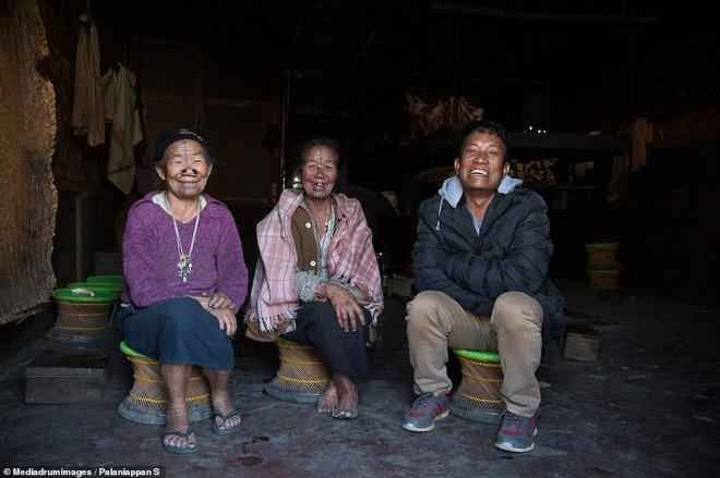 Erkekler Çekici Bulmasın Diye, Yüzlerine Dövme Yaptırıp, Burunlarına Tıpa Takıyorlar