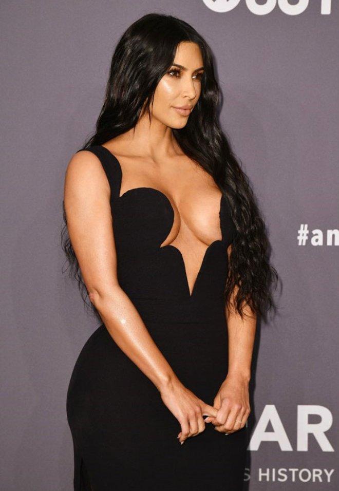 Kardashian, Şaşı Eden Göğüs Dekoltesiyle Yardım Kuruluşunun Galasına Damgasını Vurdu!