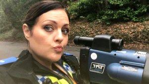 Selfie Tutkunu Kadın Polis, Pozlarıyla İngiltere Halkını Çileden Çıkardı!