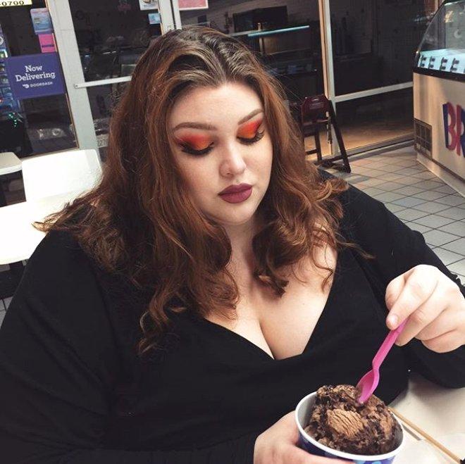 Yemək yeyib kökəlməklə pula pul deməyən 25 yaşlı qız — FOTOLAR