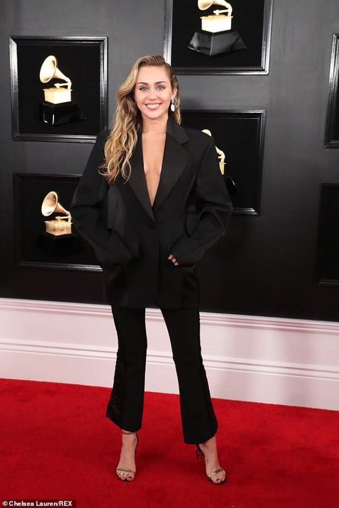 Müzik Dünyasının Çılgın Kızı Miley Cyrus, İç Çamaşırsız Ceket Takımıyla Yürek Hoplattı