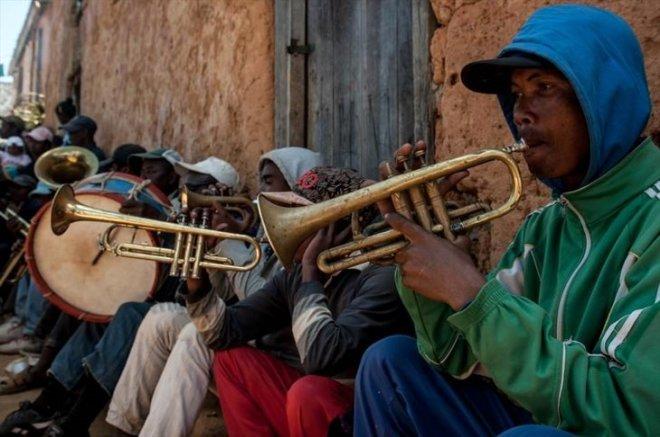 Tüyler Ürperten Festival: Ölüleri Mezardan Çıkarıp, Dans Ediyorlar