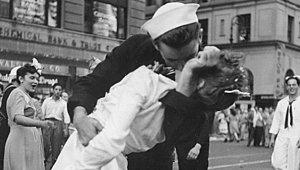 İkonik Fotoğrafın Başrolüydü! Hemşireyi Öpen Denizciden Kötü Haber