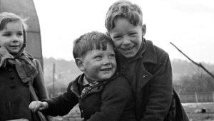 Ne Tablet Var Ne Akıllı Telefon! İşte 1950'lerin İngiltere'sinin Mutlu Çocukları