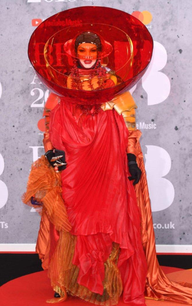 Ateşli Model Kelly Brook, Ödül Gecesinde Sınırları Zorladı!