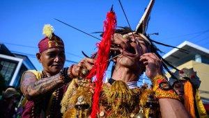 İzleyenleri Dehşete Düşüren Festival: Yüzlerini Şiş ve Kılıçla Delip Geçiyorlar
