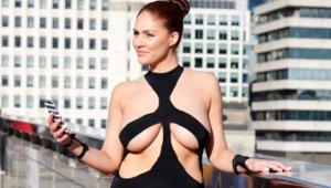 Kardashian'ın, Olay Yaratan Dekolte Elbisesini Giyip Sokaklarda Gezdi
