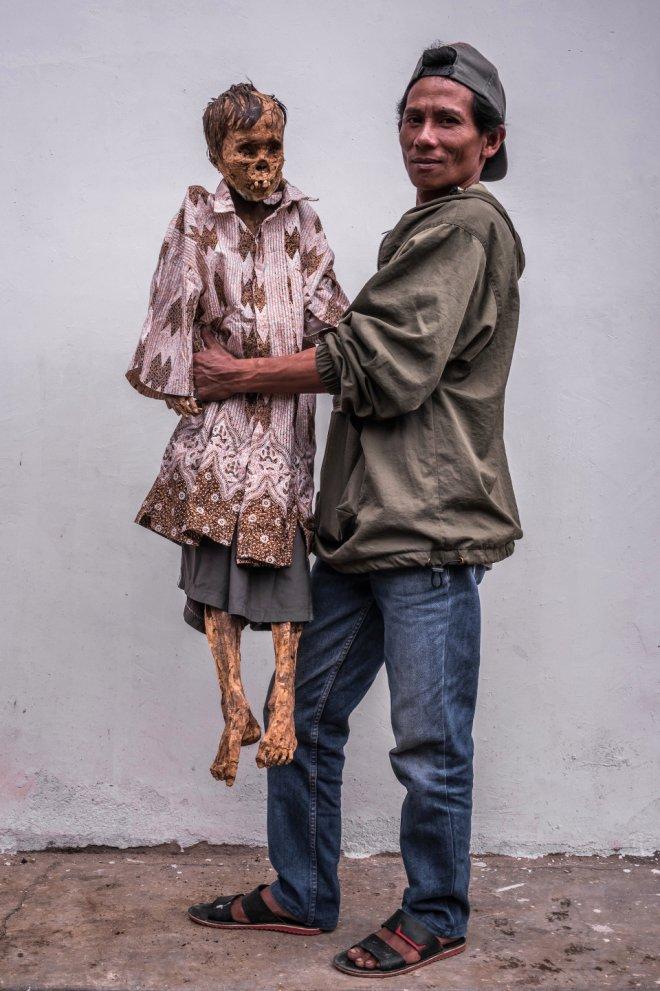Ölüleriyle Birlikte Aynı Evde Yaşıyor, Çürüyen Bedenlerini Besleyip, Kucaklıyorlar