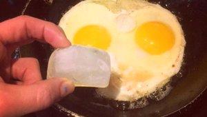 Sahanda Yumurtanın İçine 1 Küp Buz Atınca Bakın Ne Oluyor!