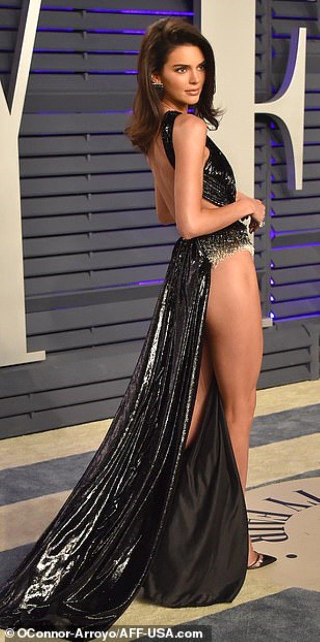 Kendall Jenner'ın Dekoltesi, Gözleri Şaşı Etti!