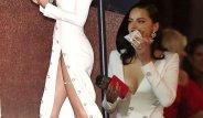 Adriana Lima'nın, Derin Dekolteli Beyaz Elbisesine Aldırmadan Hamburger Yedi