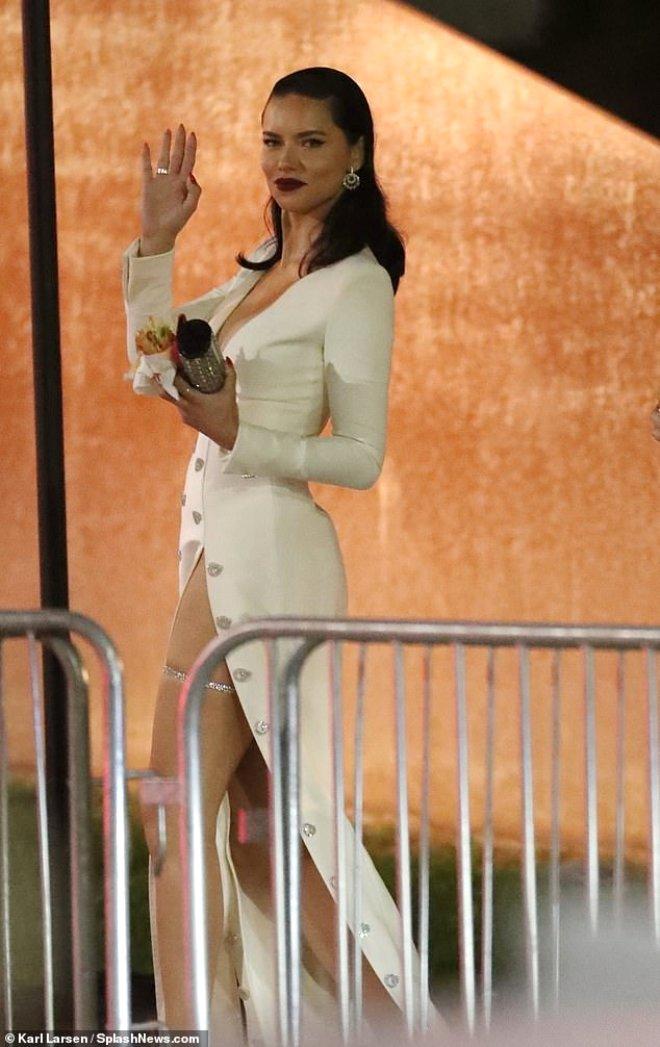Adriana Lima'nın , Derin Dekolteli Beyaz Elbisesine Aldırmadan Hamburger Yedi