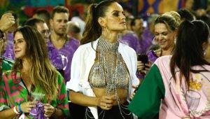 Sadece Göğüs Ucunu Kapattı! Victoria's Secret Meleği, Rio Karnavalı'na Damga Vurdu