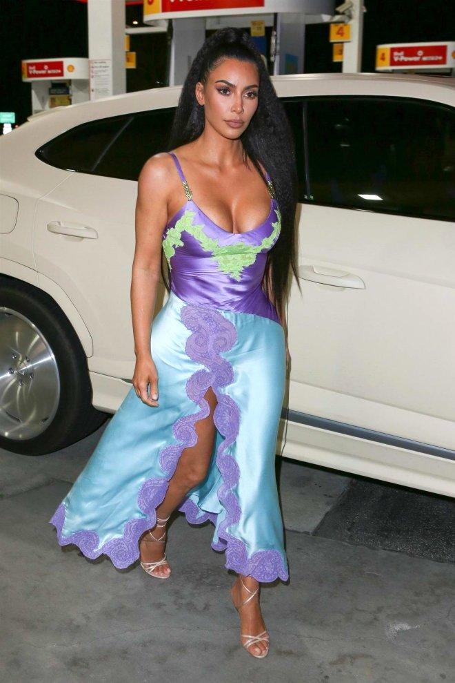 Frikiğe Bir Kala! Kardashian, Dekolteli Abiyesiyle Benzincide Tur Attı
