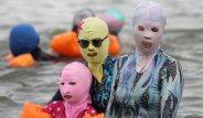 Kadınların, Plajın Ortasında Neden Maskeyle Dolaştıklarını Öğrenen Şaşıp Kalıyor!