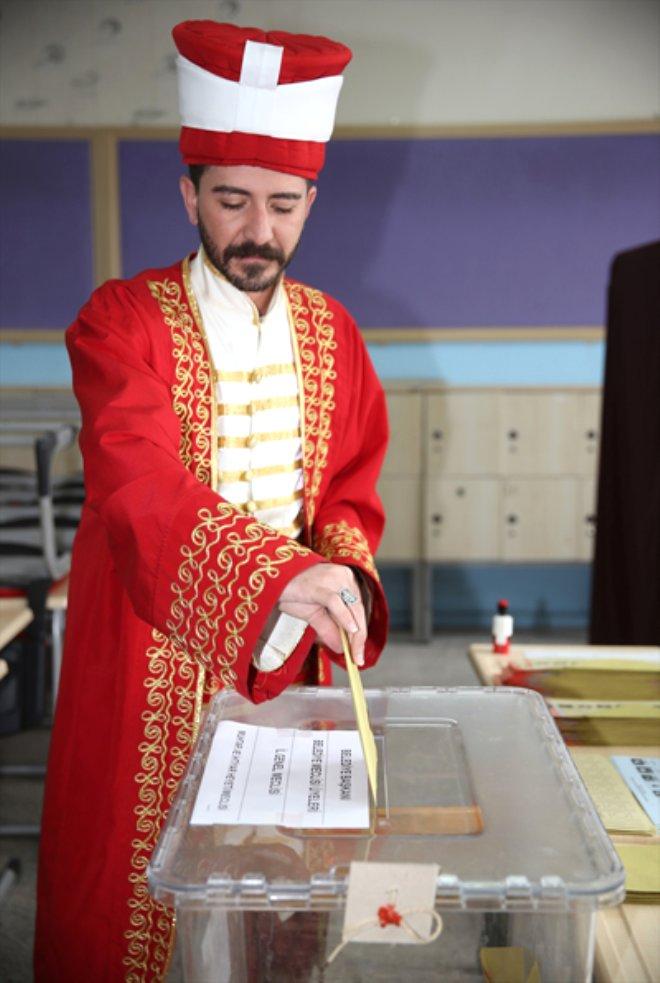 Sandığa Mehter Kıyafetiyle Gitti! Sandık Başındaki Türkiye'den İlginç Kareler