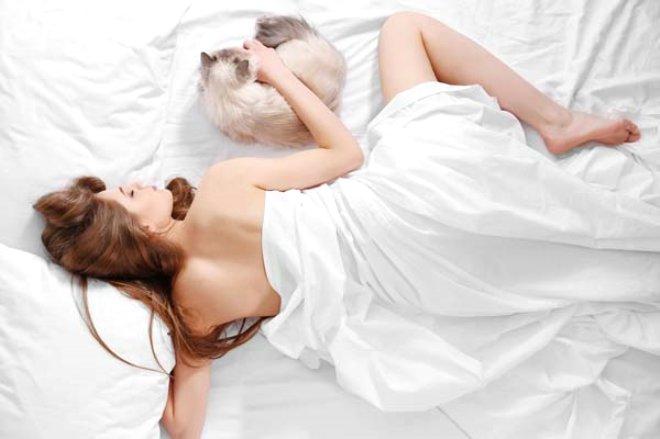 Bilim İnsanları Açıkladı: Kadınlar Çıplak Uyusun
