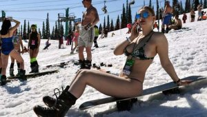 Rus Kızları, Festivalde Sınırları Zorladı! Yarı Çıplak Halde Kayak Yaptılar